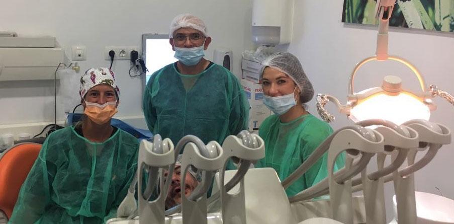 Dr Juan Carlos y su equipo durante una intervención para la colocación de Implantes dentales con la técnica All-on-4 de Nobel Biocare